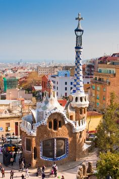 Planeje sua viagem para Barcelona e visite os principais pontos turísticos da capital da Catalunha. Não deixe de visitar o Monumento a Colón, o Museu de Picasso, a bela Casa Milà e o Museu Nacional de Arte da Catalunha .