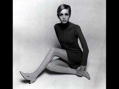 Twiggy Blond girl with painted eyelashes, hair shorter than Vidal's BOB and really very skinny -Yes! This is Twiggy.Twiggy- is Lesley L. Sixties Fashion, Mod Fashion, Vogue Fashion, Fashion Models, Vintage Fashion, Fashion Tips For Women, Fashion Advice, Estilo Twiggy, Famous Fashion Photographers