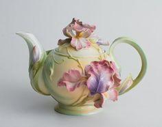 beautiful, porcelain Tea pot to put up on decor shelves! Tee Set, Teapots Unique, Vintage Teapots, Tea Pot Set, Teapots And Cups, Kintsugi, Chocolate Pots, My Tea, Tea Cup Saucer