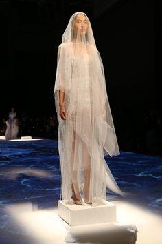 http://www.vogue.fr/mariage/tendances/diaporama/les-robes-blanches-de-la-haute-couture/19558/image/1035711#!le-defile-lan-yu-haute-couture-automne-hiver-2014-2015