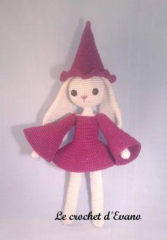 Vous vous souvenez de Pâquerette ? Et bien aujourd'hui elle a revêtu son costume de sorcière et s'apprête à fêter Halloween. Crochetée avec un crochet 2 et un fil 100% coton mercerisé 3, elle mesure 27cm. Le matériel : Un crochet 2, 61 g de coton beige,...