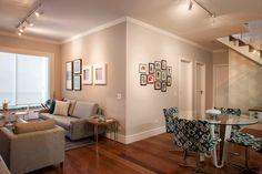 Nessa cobertura projetada pelo arquiteto Marcos Biarari e pelo designer Marcio Rodrigues, o objetivo foi criar um cenário despojado e contemporâneo para um jovem casal. Para iluminar o living, trilhos com spots direcionáveis fornecem boa quantidade de luz e, ainda, valorizam os quadros nas paredes