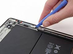 Schritt 53 -       Legen Sie die Kante des Kunststoff-Öffnungswerkzeugs unter dem Schlaf- / Wach-Sensor. Achten Sie darauf, dass Sie das Kabel nicht beschädigen, denn es ist sehr zerbrechlich.      Lösen Sie den Kleber durchs Bewegen des Kunststoff-Öffnungswerkzeugs um den Sensor herum.