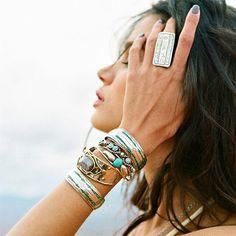 definition bijoux ethniques des bijoux fantaisie, originaux et très tendance pour femme.