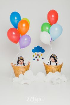 Fun baby photo idea using a few helium balloons and a couple of baskets. Newborn Bebe, Foto Newborn, Newborn Photos, Kids Fashion Photography, Children Photography, Newborn Photography, Amazing Photography, Cute Babies, Baby Kids