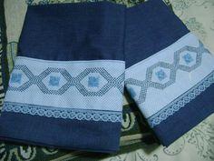 En azul, fundas para almohadas con bordado yugoslavo