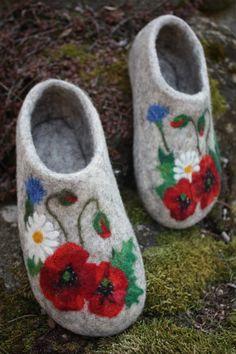 Felted Slippers Meadow flowers by IrinaU on Etsy. Use cotton felt Felted Slippers Pattern, Knitted Slippers, Wool Shoes, Felt Shoes, Nuno Felting, Needle Felting, Felt Pictures, Handmade Felt, Felt Art