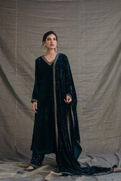 Velvet Pakistani Dress, Simple Pakistani Dresses, Pakistani Bridal Dresses, Pakistani Outfits, Velvet Suit Design, Velvet Dress Designs, Velvet Kurtis Design, Designer Party Wear Dresses, Kurti Designs Party Wear