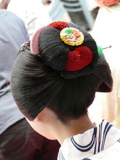 Maiko's hair Geisha Japan, Geisha Art, Japanese Geisha, Japanese Kimono, Traditional Hairstyle, Traditional Outfits, Japanese Hairstyles, Japan Woman, Oriental Fashion