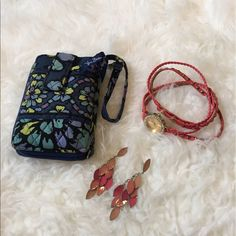 Vera Bradley wristlet In great condition! Everything in my closet is buy one get one half off! Vera Bradley Bags Clutches & Wristlets