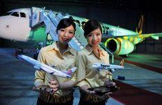 台湾の航空会社「チャイナエアライン」と「タイガーエア」が「タイガーエア台湾」を設立。写真は、記者会見で飛行機の模型を見…