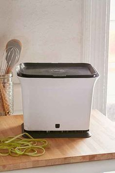 Shop Full Circle Fresh Air Odor-Free Kitchen Composting Bin at Urban Outfitters today. Quirky Kitchen, Cool Kitchen Gadgets, Cool Kitchens, Kitchen Stuff, Kitchen Things, Urban Outfitters Apartment, Food Storage Organization, Compost Bags, Kitchen Waste