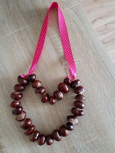 DIY: chestnut heart, we make chestnuts - Bastelideen Kinder - Basteln Buckeye Crafts, Spider Crafts, Diy Crafts To Do, Beaded Necklace, Beaded Bracelets, Autumn Crafts, Pin Collection, Diy For Kids, Fall Halloween