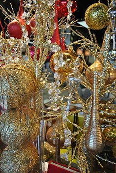 Gold and shiny decorations for a table. Silver Christmas, Elegant Christmas, Little Christmas, Christmas Holidays, Christmas Wreaths, Merry Christmas, Christmas Ornaments, Holiday 2014, Holiday Parties
