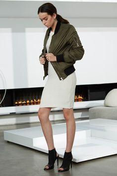 Acheter la tenue sur Lookastic: https://lookastic.fr/mode-femme/tenues/blouson-aviateur-olive-robe-moulante-en-tricot-bottines-en-daim/7251 — Blouson aviateur olive — Robe moulante en tricot blanche — Bottines en daim découpées noires
