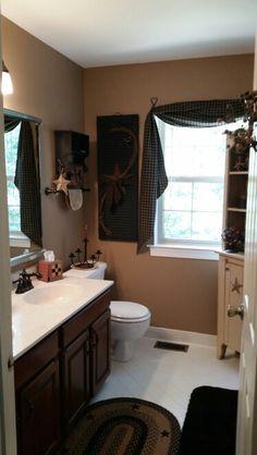 primitive homes decorations Primitive Bathroom Decor, Prim Decor, Rustic Bathrooms, Country Decor, Primitive Decor, Primitive Country Bathrooms, Primitive Christmas, Americana Bathroom, Rustic Decor