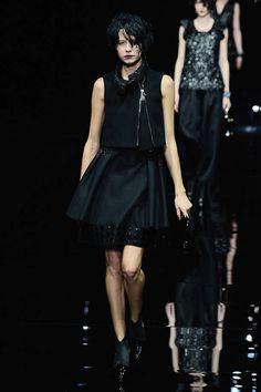 Milano Moda Donna AI 2015/2016: la sfilata di Emporio Armani   Minidress nero con bolerino smanicato   Foto