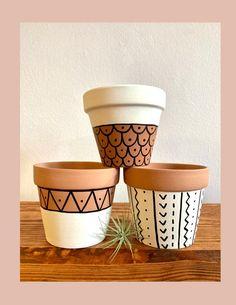 Painted Plant Pots, Painted Flower Pots, Pots D'argile, Flower Pot Design, Pottery Painting Designs, Boho Diy, Terracotta Pots, Diy Clay, Diy Painting