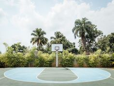 This basketball court Blue Neighbourhood, Love And Basketball, Basketball Baby, Basketball Court, Tropical Vibes, Great Photos, Life Is Beautiful, Art Pictures, Street Photography
