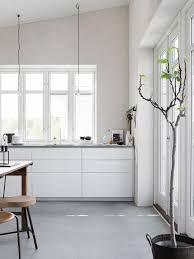 White kitchen with concrete floor. Pella Hedeby, photo by Sara Medina Lind Interior Simple, Interior Desing, Interior Design Inspiration, Cosy Interior, Interior Stylist, Interior Modern, Pella Hedeby, White Kitchen Cabinets, Kitchen Grey
