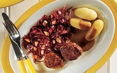 Frikadeller med rødkålssalat Frikadeller med brun sauce....så er det muligt at gøre Mormor kunsten efter.