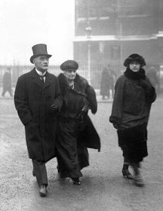 Author Rudyard Kipling and Carrie Starr Balestier Kipling,his wife arrive to Westminster Abbey, (AP) Vintage London, Old London, London City, British Literature, British History, English Short Stories, London History, Bbc America, Writers And Poets