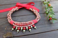 """Collar babero """"Be Happy"""" perlas verde y rojo. Exclusivo, hecho a mano"""