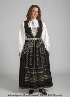 Nordfjordbunad med sort liv og skjorte med farget broderi.