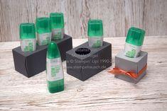 Mit diesen wenigen und absolut wertvollen Produkten von Stampin' Up! kannst Du ganz schnell und einfach Deine Tombow Station basteln und erhältst eine schöne selbst kreierte Aufbewahrungsmöglichkeit für Deinen Flüssigkleber, der hierbei kopfüber gelagert wird.