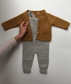 Willums Latzhose - Knitting For Kids Baby Boy Knitting, Knitting For Kids, Baby Knitting Patterns, Baby Boy Fashion, Fashion Kids, Fashion Outfits, Vêtement Harris Tweed, Crochet Baby, Knit Crochet