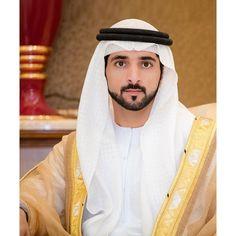 HH Sheikh Hamdan bin Mohammed bin Rashid al Maktoum being his royally cute self. Prince Crown, Royal Prince, Turbans, Arab Men Fashion, Strong Woman Tattoos, Royal Family Pictures, Handsome Arab Men, Prince Mohammed, Handsome Prince