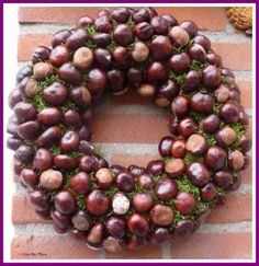 krans van kastanjes Diy Crafts How To Make, Fun Arts And Crafts, Crafts For Kids, Easy Fall Wreaths, Holiday Wreaths, Holiday Decor, Conkers Craft, Moss Wreath, Autumn Crafts