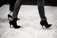 Y zapatos que se pierden por las callejuelas de la ciudad como si fueran un espejismo.