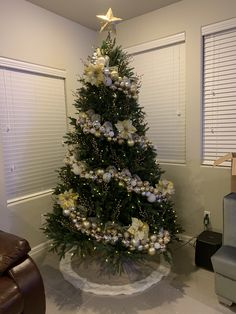 Here are the best Shabby Chic Christmas Decor ideas that'll give your room a romatic touch. From Pink Christmas Tree to Shabby Chic Christmas Ornaments etc Pretty Christmas Trees, Gold Christmas Decorations, Ribbon On Christmas Tree, Christmas Tree Design, Shabby Chic Christmas, Christmas Tree Themes, Elegant Christmas, Rustic Christmas, Christmas Diy