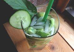 Pour une version royale du #Mojito, #cocktail fraîcheur par excellence, allongez-le de #mousseux. (photo: Marie Charest - Remarke) Cocktails, Drinks, Bacardi, Cocktail Original, Mets, Mojito, Pickles, Cucumber, Cabbage