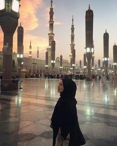 ♥Follow me fatima zahra janazad5678 for more♥ Beautiful Hijab Girl, Beautiful Muslim Women, Dubai, Muslim Girls, Muslim Couples, Niqab Fashion, Mekkah, Modele Hijab, Love In Islam