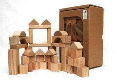 Úžasné dřevěné kostky z tvrdého bukovéhoí dřeva. Stavebnice obsahuje 90 kostek různých tvarů a vyhrají si s nimi děti od 1 roku.