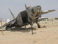 Un Mikoyan-Gurevich MiG-25 de la Fuerza Aérea iraquí abandonado en la base aérea de Al Asad, al oeste de Bagdad. Las tropas iraquíes abandonaron la base durante la invasión aliada, liderada por Estados Unidos, en 2003. | Wikipedia / Bahamut0013