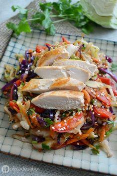 Esta ensalada es diferente y mejor que muchas, pues se sirve tibia y no fría. La idea es mezclar repollo o col, zanahoria, pimiento morrón rojo, cilantro y luego sazonar con aceite de sésamo o ajonjolí, salsa de soya, sal y pimienta al gusto. El pollo al grill va arriba si quieres algo de proteína. Aquí te regalan los pasos. Veggie Soup, Vegetable Recipes, Chicken Recipes, Pollo Chicken, Healthy Vegetables, Recipes From Heaven, Food Inspiration, Asian Recipes, Healthy Snacks