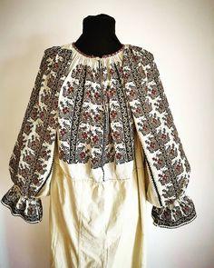 Postări pe Instagram de la Ie Vie Magazin Online🇹🇩 • Apr 8, 2019 at 7:23 UTC Folk Costume, Costumes, Folk Embroidery, Bell Sleeve Top, Traditional, Instagram Posts, Women, Ideas, Fashion