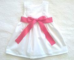 Vestido de piquê branco de costas traçadas e laço de cetim cor de rosa - White pique dress with traced back and pink satin ribbon