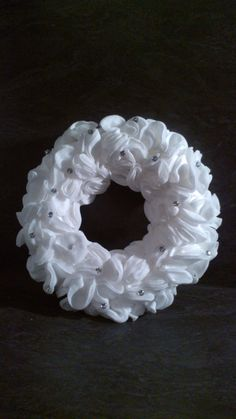 Ma couronne de Noël en disques à démaquiller ! (Blog Zôdio) Christmas Time, Christmas Crafts, Christmas Decorations, Holiday Wreaths, Holidays And Events, Burlap Wreath, Diy And Crafts, Diys, Projects To Try