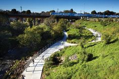 Puente Línea ferroviaria Clifton Hill y Parque a lo largo de Quebrada Merri, Sydney - McGauran Giannini Soon / Jeavons Landscape Architects - foto: Andrew Lloyd