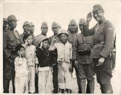 在战争期间,日本军人和中国的孩子在白天。
