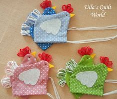 This Quilted Easter chicken pouch is very good Easter gift. Inside the Easter chiken is a chocolate egg. Tämä tilkkutyökanapussi on hyvä . Diy Craft Projects, Easter Projects, Easter Crafts For Kids, Easter Gift, Sewing Projects, Diy Crafts, Easter Party, Easter Treats, Easter Decor