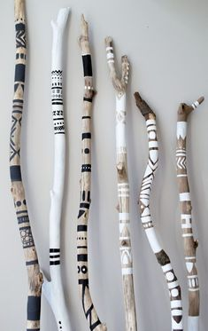 Creative with sticks. This article is in HobbyHan - Diyprojectgardens.club Diy Projects Gardens - wood working projects - Creative with sticks. This article is in HobbyHan # Diyprojectgardens … Diy Projects Gardens - Wood Projects, Woodworking Projects, Woodworking Wood, Driftwood Crafts, Driftwood Jewelry, Painted Driftwood, Painted Sticks, Boho Diy, Bohemian Decor