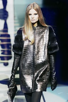 vs-angelwings:    noirdiorkiss:     Versace Fall/Winter 2007    Magda is too perf