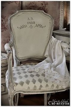 7 Powerful Cool Tips: Shabby Chic Pattern Home Decor shabby chic cottage diy.Shabby Chic House Farmhouse how to make shabby chic pillows. Shabby Chic Upholstered Chairs, Upholstered Furniture, Shabby Chic Furniture, Shabby Chic Decor, Shabby Chic Living Room, Shabby Chic Kitchen, French Decor, French Country Decorating, Country French