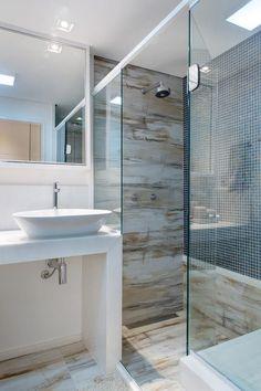 Revestimento imitando madeira e com pastilas de Banheiro simples de Bruno Sgrillo Arquitetura - Viva Decora