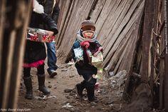 Ein Junge trägt seinen Schatz nach Hause. #WeihnachtenimSchuhkarton